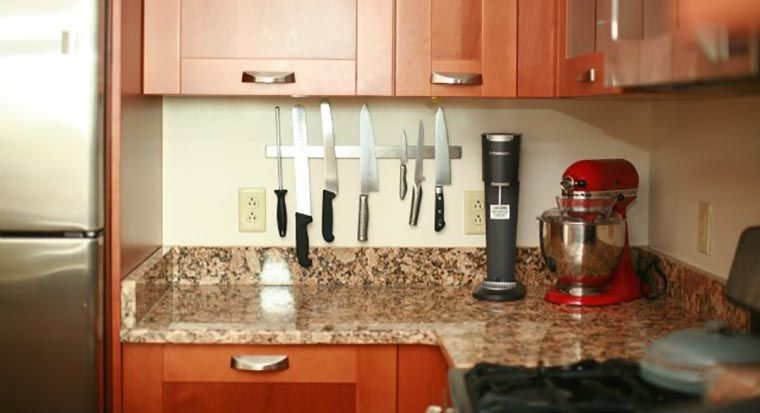 magnetic strip with knives